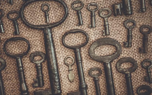 Vintage skeleton keys auf leinwand Premium Fotos