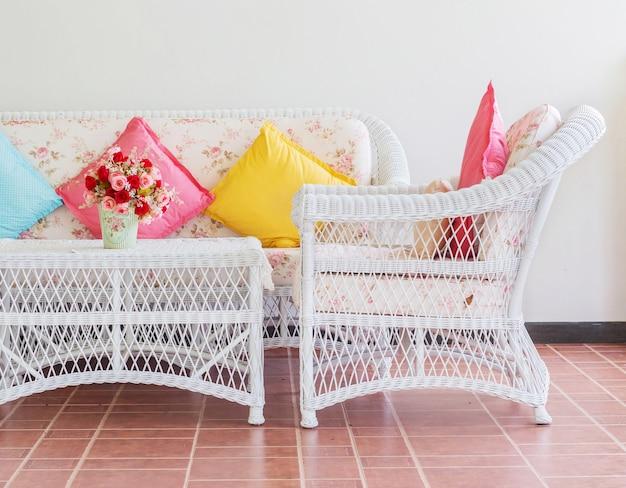 Vintage-stuhl im wohnzimmer mit kissen. Premium Fotos
