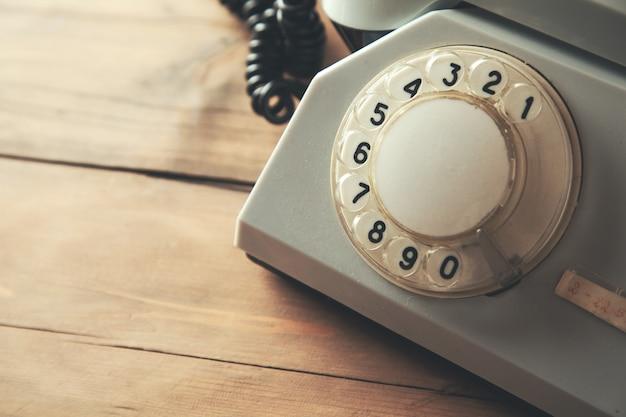 Vintage telefon auf dem tisch Premium Fotos