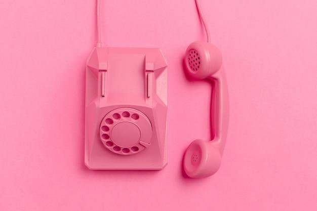 Vintage telefon auf farbigem hintergrund Premium Fotos