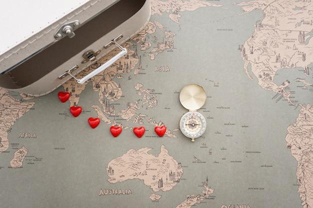 Vintage-Weltkarte Hintergrund mit Koffer und Kompass Kostenlose Fotos