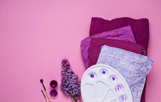 Violette frauenkleidungs- und künstlerpalette Premium Fotos