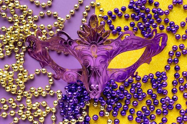 Violette maske und perlenketten Premium Fotos