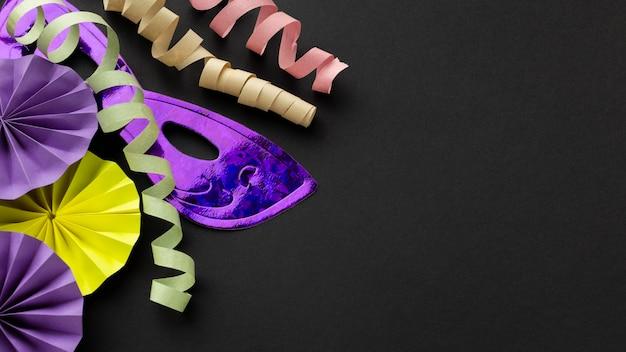 Violette masken und bänder auf dunklem hintergrund Kostenlose Fotos