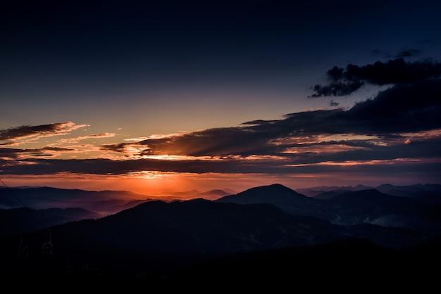 Violetter abendhimmel über den bergen Kostenlose Fotos