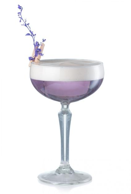 Violettes alkoholcocktail mit der gin- und lavendelblume lokalisiert Premium Fotos