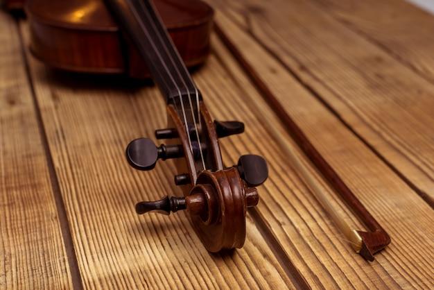 Violinenabschluß, der oben auf der hölzernen tabelle liegt. Premium Fotos