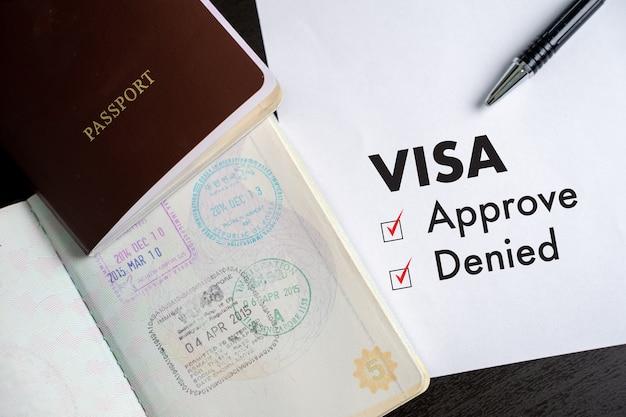Visa und reisepass nach genehmigtem stempel auf einer dokumenten-draufsicht Premium Fotos