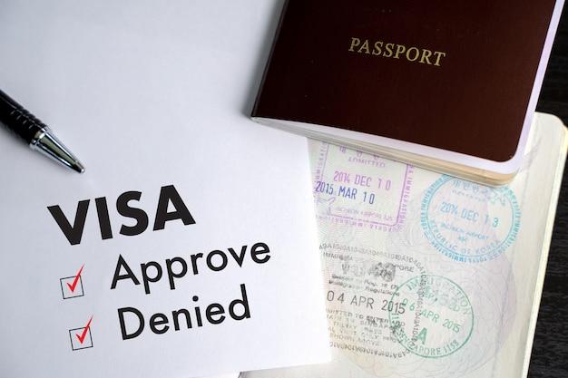 Visa und reisepass zu genehmigten stempel auf einem dokument draufsicht in immigration visa genehmigen Premium Fotos