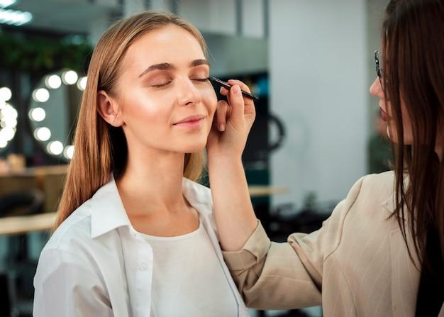 Visagistin eyeliner auftragen Kostenlose Fotos
