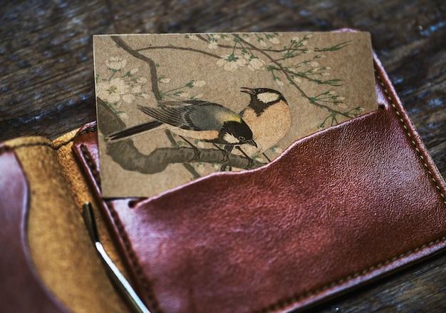 Visitenkarte mit vögeln in einer brieftasche Kostenlose Fotos