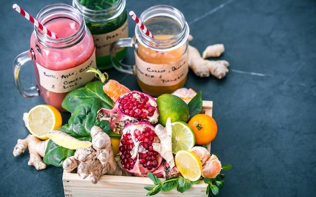 Vitamin frische fruchtsmoothies in gläsern mit früchten Kostenlose Fotos