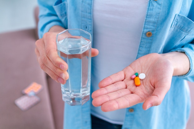 Vitamine und tabletten zur behandlung von wohlbefinden und krankheiten. pillen nehmen Premium Fotos