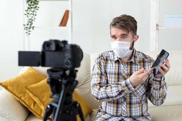 Vlogger zeichnet unboxing-video zu hause auf Kostenlose Fotos