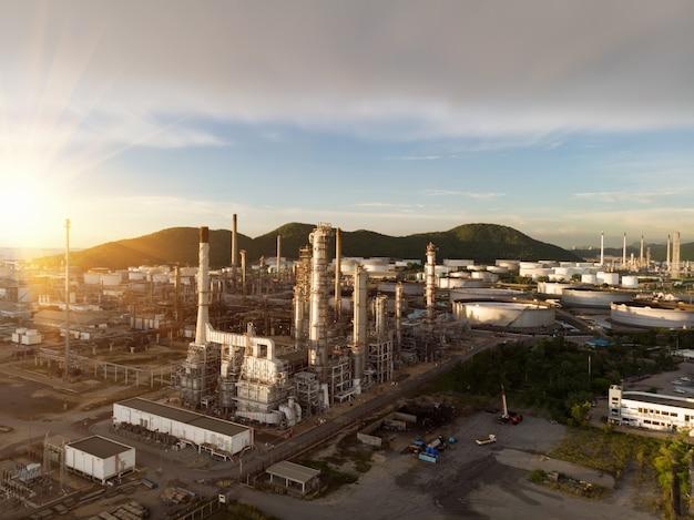 Vogelperspektive der chemischen erdölraffinerieanlage, kraftwerk am sonnenunterganghimmel für industriekonzept Premium Fotos