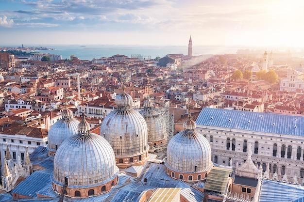 Vogelperspektive der hauben von st mark basilika mit der stadtansicht in venedig, italien. kirche san giorgio maggiore Premium Fotos