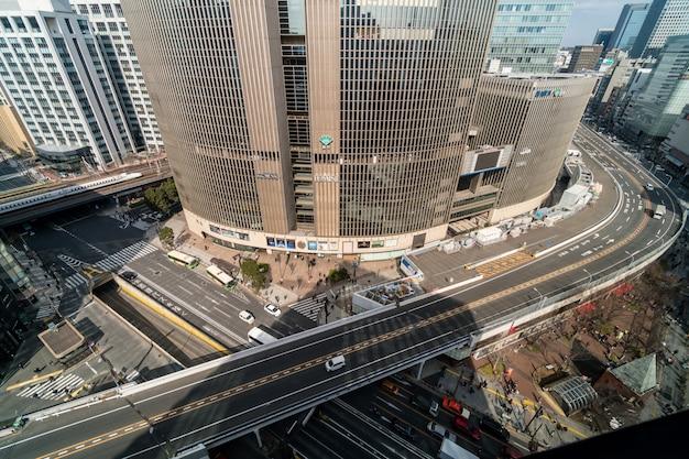 Vogelperspektive der überführung mit mengenauto und fußgängerzebrastreifenschnitt ginza-verkehr in tokyo Premium Fotos