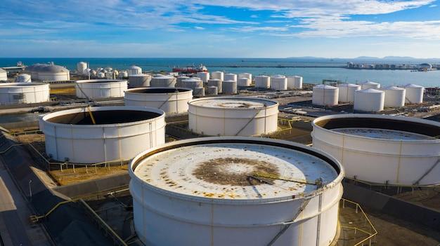Vogelperspektive des tanklagers mit vielen öllagertank und petrochemischem lagertank im hafen, industrielle tanklagervogelperspektive. Premium Fotos