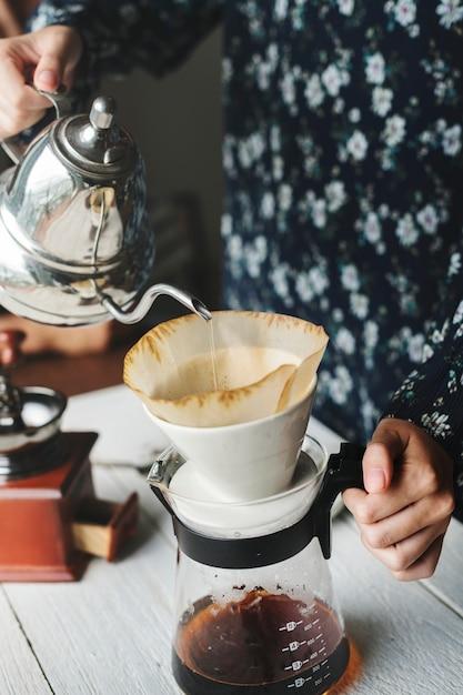 Vogelperspektive einer person, die tropfenkaffee macht Kostenlose Fotos