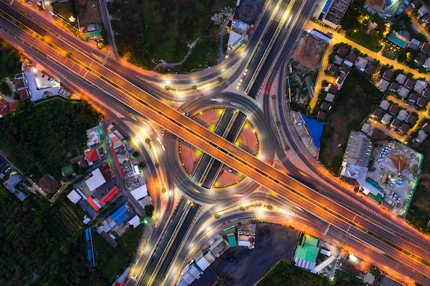 Vogelperspektive von landstraßenkreuzungen draufsicht der städtischen stadt, bangkok nachts, thailand. Premium Fotos