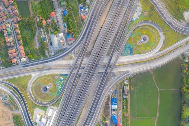 Vogelperspektive von landstraßenkreuzungen draufsicht der städtischen stadt, bangkok, thailand. Premium Fotos