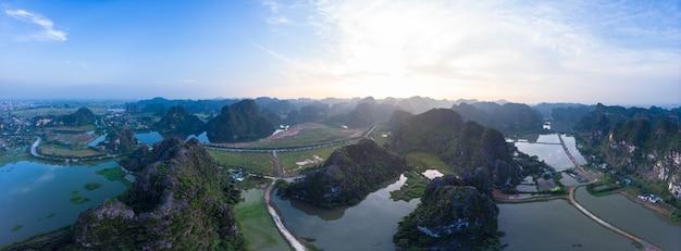 Vogelperspektive von ninh binh-region, touristenattraktion trang an tam coc, szenischer fluss, der durch karstgebirgszüge in vietnam, reiseziel kriecht. Premium Fotos