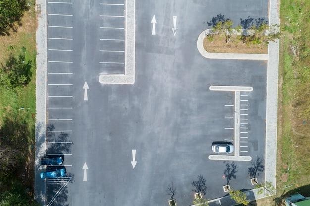 Vogelperspektivendrohne schoss von fahrzeugen des parkplatzes draußen im park Premium Fotos