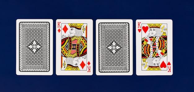 Volle plattform königs playing cards auf einfachem hintergrund für draufsicht des kasinopokers Premium Fotos