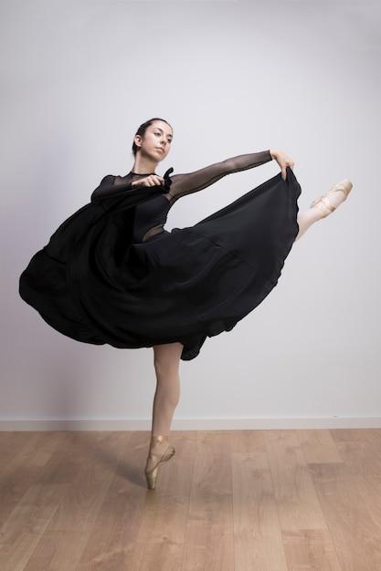 Volle schussballerina, die ihren rock hält Kostenlose Fotos