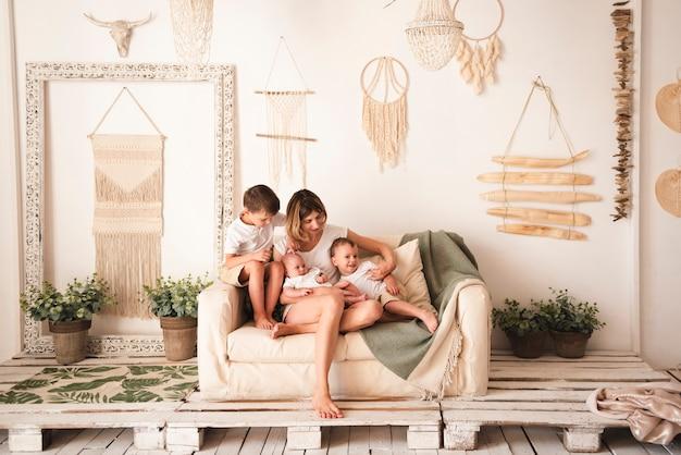 Voller schuss der glücklichen familie zuhause Kostenlose Fotos