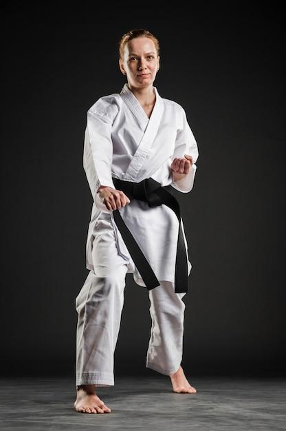 Voller schuss der professionellen karatefrau Kostenlose Fotos