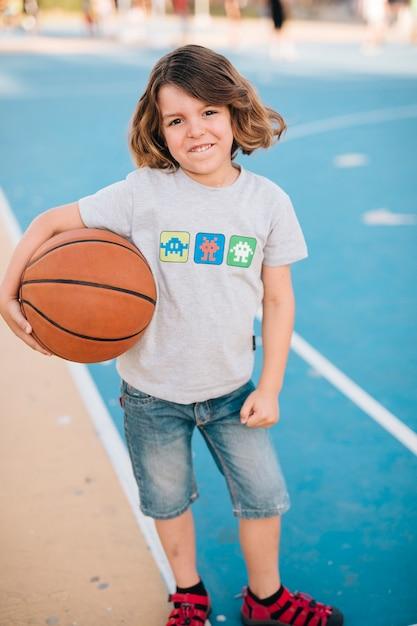 Voller schuss des jungen basketball halten Kostenlose Fotos