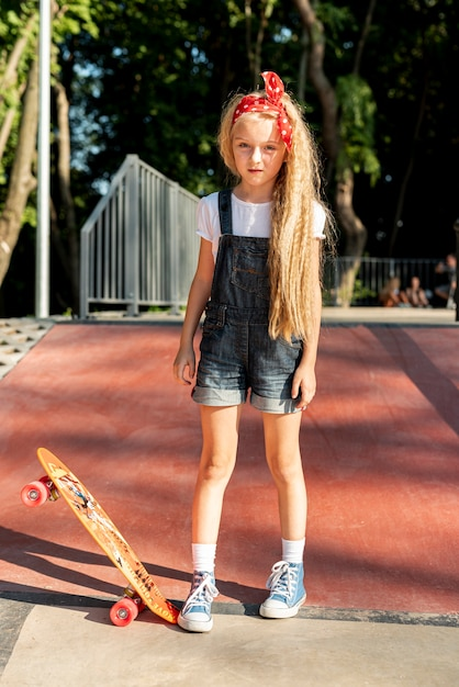 Voller schuss des mädchens mit skateboard Kostenlose Fotos