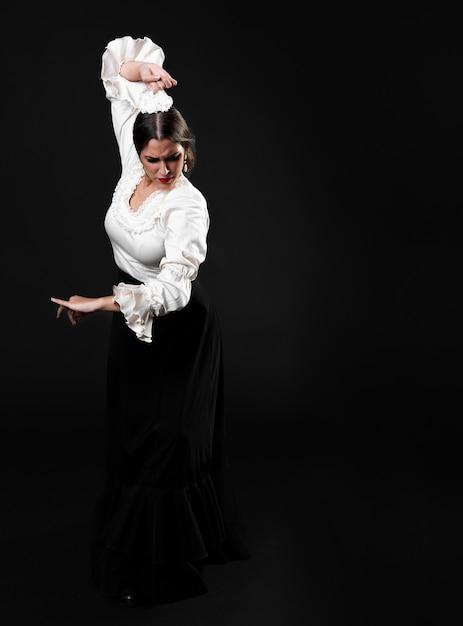 Voller schuss flamenca, der traditionelles floreo durchführt Kostenlose Fotos