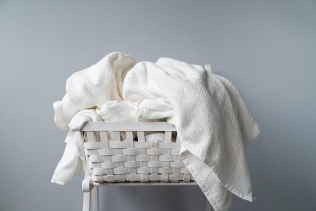 Voller wäschekorb der vorderansicht Kostenlose Fotos