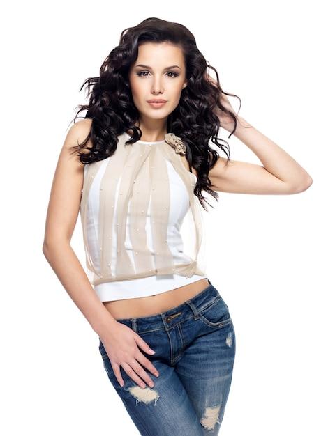 Volles porträt des modells mit langen haaren in blue jeans gekleidet Kostenlose Fotos