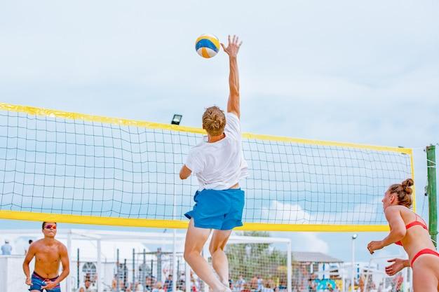 Volleyball beach player ist ein männlicher volleyballspieler, der sich darauf vorbereitet, den ball am strand zu spielen. Premium Fotos