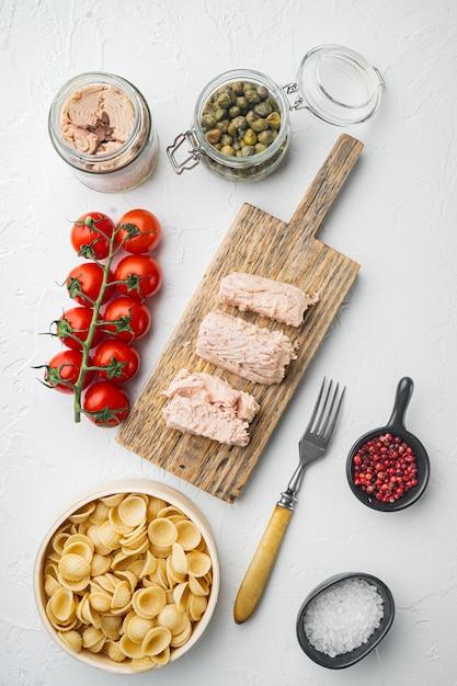Vollkornnudeln mit getrockneten tomaten und thunfischzutaten auf weißer draufsicht Premium Fotos