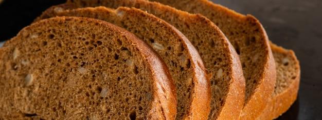 Vollkornroggen geschnittenes brot für eine gesunde ernährung; carbs Premium Fotos