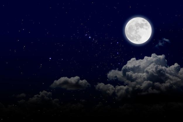 Vollmond mit sternenhimmel und wolken. romantische nacht. Premium Fotos
