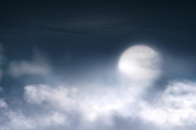 Vollmond mit wolkengebilde am himmel Premium Fotos