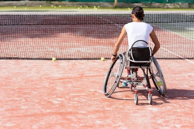 Vollschuss behinderte frau, die tennis spielt Kostenlose Fotos