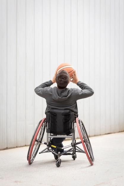 Vollschuss behinderter mann, der basketball spielt Premium Fotos