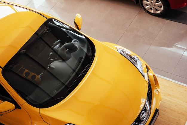 Vom auto im geräumigen ausstellungsraum mit großen fenstern Premium Fotos