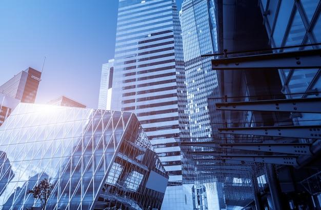 Von einem niedrigen winkelwolkenkratzer in den modernen chinesischen städten Premium Fotos