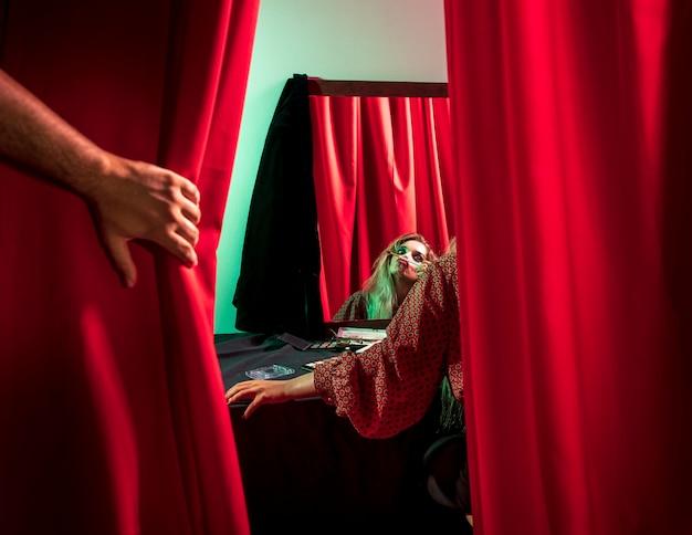 Von hinten geschossen von einer frau, die als clown verkleidet ist Kostenlose Fotos