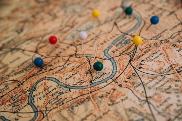 Von oben genannten pins auf der karte Kostenlose Fotos