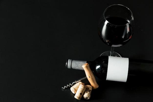 Von oben korkenzieher in der nähe von flasche und weinglas Kostenlose Fotos