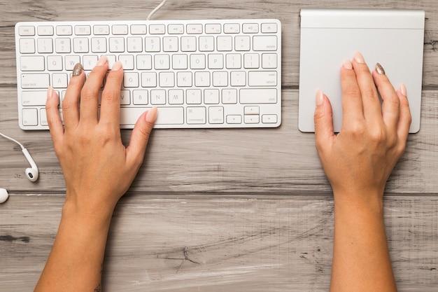 Von oben mit tastatur und trackpad Kostenlose Fotos