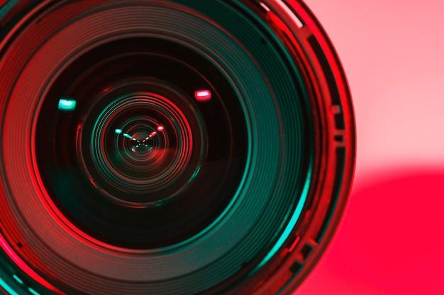 Vor der linse kamera und licht schattenfarbe von zwei blitz. Premium Fotos